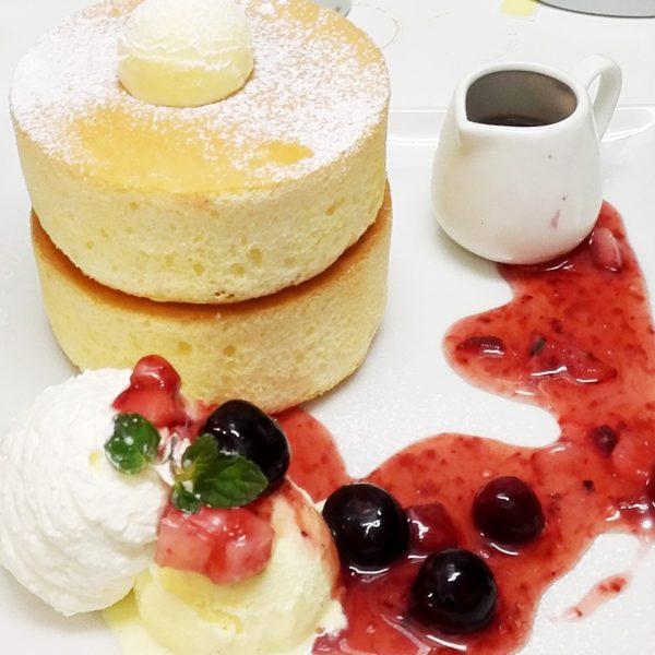 濃厚チーズムースの厚焼きホットケーキ  ~ ベリーソースかけ ~