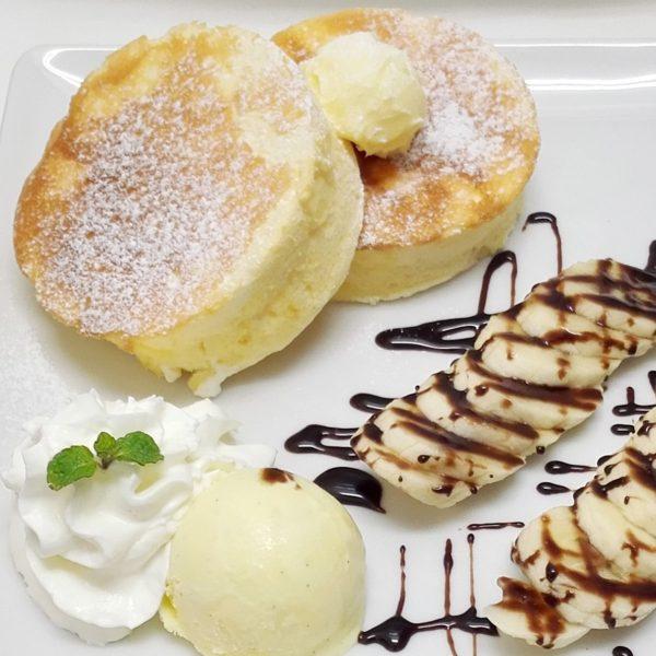 バナナホイップと癒しのパンケーキ               ~ チョコレートソースかけ ~